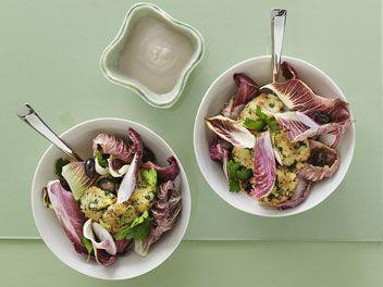 Frunze rosii de salata cu ridichii, batoane de mozzarella de bivolita si sos de ansoa