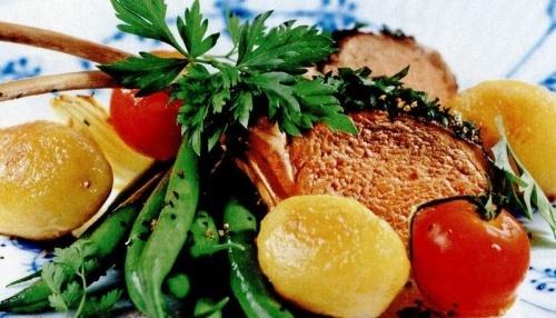 Cotlete de miel cu ierburi aromate, legume şi cartofi rumeniţi
