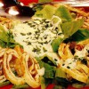 Salată cu omletă si sos de smântână