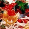 Spaghete din orez cu sos de ardei şi aripioare cu verdeaţă