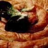 Plăcintă cu brânză şi salată