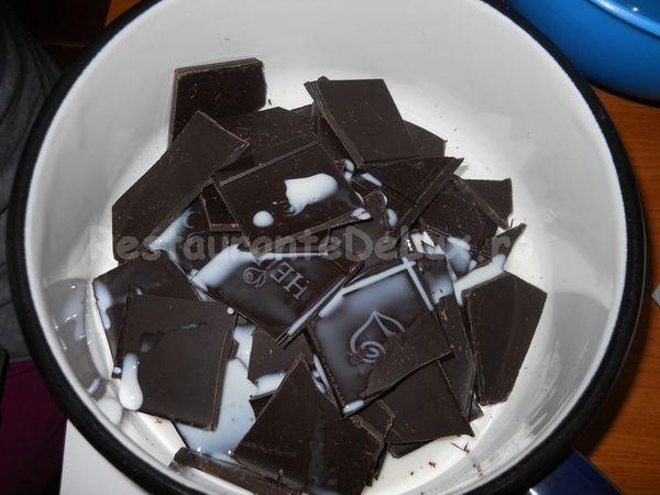 Sufleu_de_ciocolata_cu_inghetata_de_vanilie_si_topping_de_caramel_02