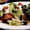 Ardei umpluti cu ton si amestec de salată verde, capere şi frunze de capere