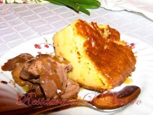 Prajitura cu lapte, inghetata de ciocolata si topping de caramel