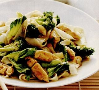 Paste la tigaie in stil asiatic, cu pui si broccoli
