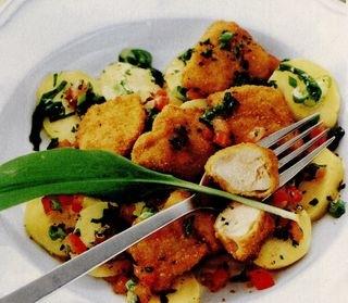 Salata de cartofi cu leurda si cuburi de pui