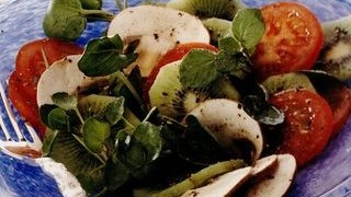 Salata de rosii cu kiwi, ciuperci si nasturel