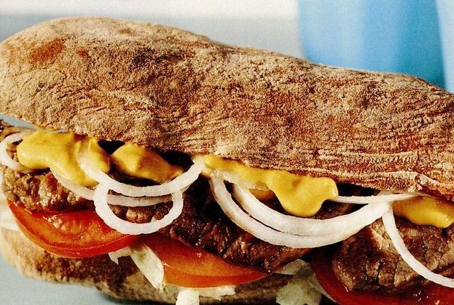Sandwich cu friptura si salata de ceapa
