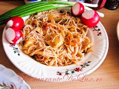 Spaghete de orez cu carne de pui