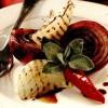 Ceapă roşie şi albă la grătar, cu salvie şi rozmarin