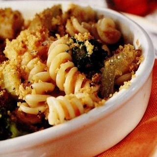 Pui la gratar cu broccoli si paste gratinate
