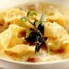 Tortelli umpluţi cu ficat de raţă şi mere în supă de ceapă