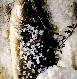 Biban de mare in crustă de sare