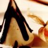 Conuri de vanilie cu sos de ciocolată neagră