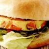 Hamburger din omletă cu morcovi şi salată