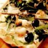 Pizza cu mozzarella, creveti si rucola