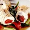 Rulouri din piept de curcan umplute cu roşii, mozzarella şi măsline