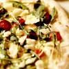 Pizza cu rucola, mozzarella şi roşii cherry