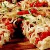 Pizza din paine cu ceapă, mozzarella şi carnaţi