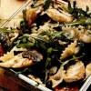 Salată caldă cu farfalle si piept de pui
