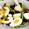 Salată mare de fasole cu costiţă şi ou