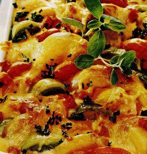 Cartofi la cuptor cu praz si rosii