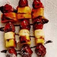 rp_Frigarui_de_fructe_la_gratar_cu_sos_picant_de_ciocolata.jpg