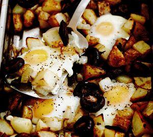 Ouă şi cartofi la cuptor