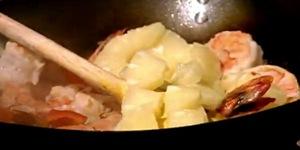 Cum se prepara Creveti cu sos dulce-acrisor (video)