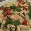 Cum se prepara salata de penne cu creveti, menta si rosii (video)