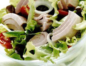 Salata proaspata cu ton si masline
