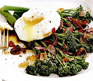 Broccoli, chorizo şi ouă
