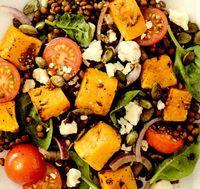 Salata de dovleac copt cu vinegreta din sirop de artar si seminte de rodie