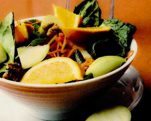 Salată cu spanac, portocale si mere
