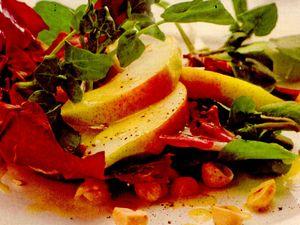 Salată de radicchio cu pere şi alune
