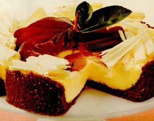 Tort de ciocolată albă, cu pară aromată şi cremă de brânză