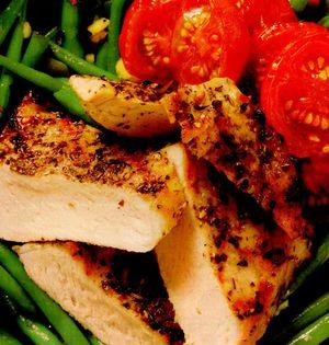 Piept de pui în crustă aromată cu garnitură de legume şi bacon crocant