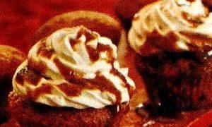 Briose_cu_frisca_si_sos_caramel