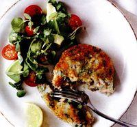 Chiftele de somon şi broccoli cu salată de roşii, avocado şi năsturel