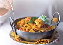 Curry de cartofi şi lime şi sos de iaurt cu castraveţi