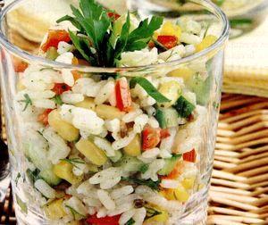 Salată de orez la cupe