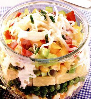 Salată în straturi cu ou, şuncă şi ananas