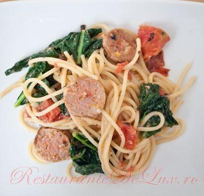 Spaghete_cu_carnati_si_sos_de_rosii_04