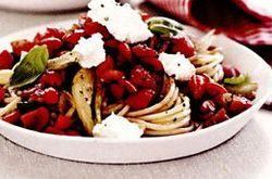 Spaghete cu fenicul, ricotta şi roşii