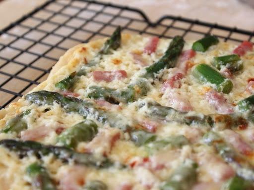 Cum_se_prepara_pizza_cu_sparanghel_sunca_si_ricotta