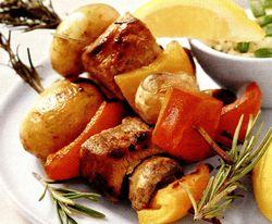 Frigărui de purcel cu cartofi noi şi ardei gras crocant