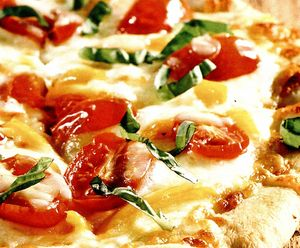 Pizza vegetariana cu mozzarella