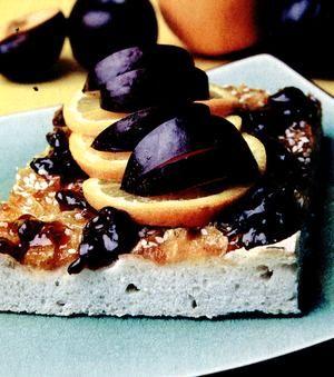 Plăcintă cu aluat cu drojdie şi prune