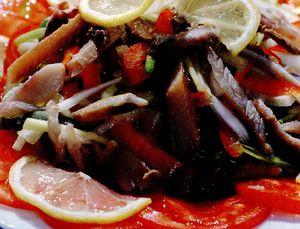 Salată de păstrăv brun şi pancetta crocantă