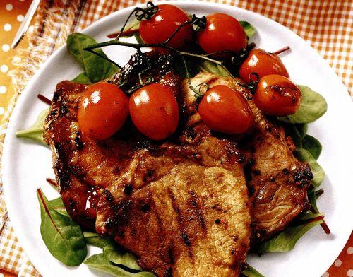 Cotlete în crustă de muştar cu miere si rosii cherry